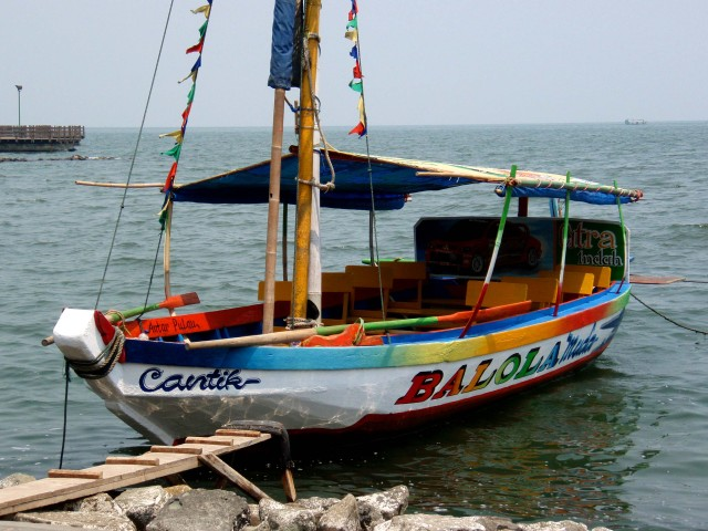 boat indonesian harbor